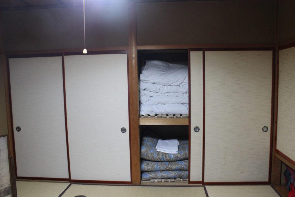 hier werden die Futons und Decken aufbewahrt
